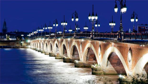 Старый каменный мост через Гаронну в Бордо