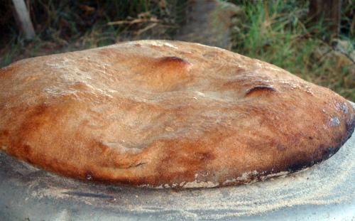 Едят Каймак с сербским традиционным хлебом Лепинья (Lepinja)