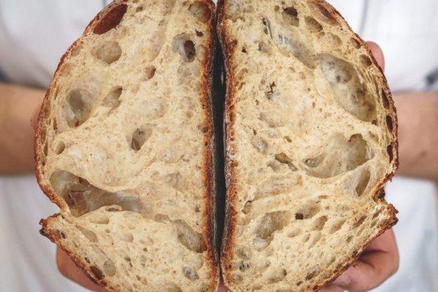 клюквенный хлеб из смеси ржаной и пшеничной муки на бездрожжевой закваске